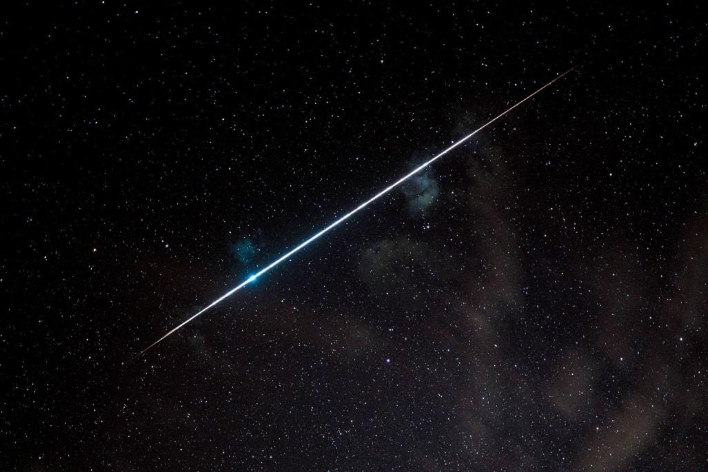Echte Sternschnuppe mit Leuchtstreifen am Nachthimmel